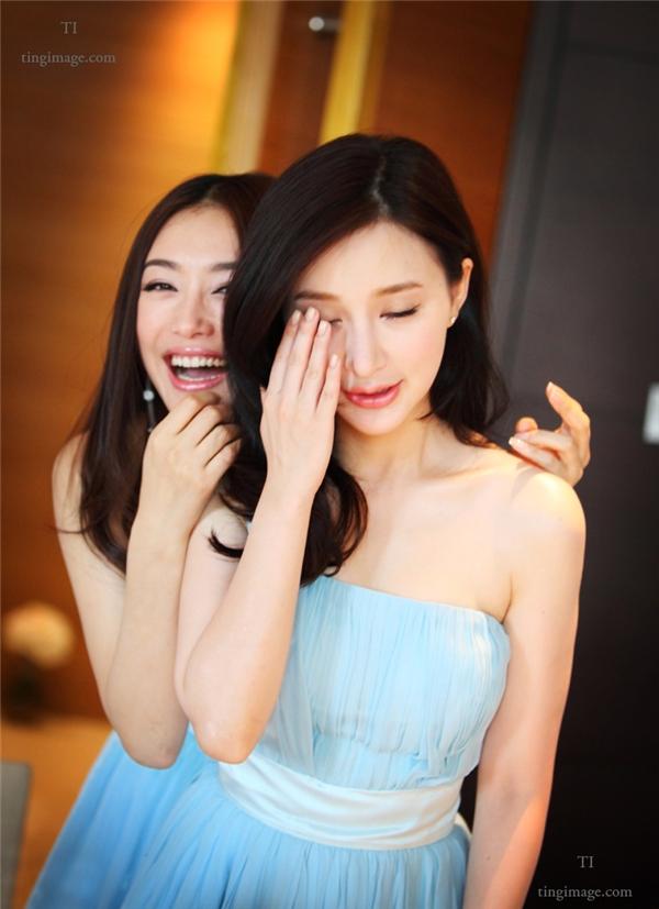 Trong đám cưới của Lý Tiểu Lộ, những người bạn thân nổi tiếng của cô như Tần Lam, Cam Vi... cũng có mặt với tư cách phù dâu. Cũng giống mọi lần tụ họp trước đó, dàn mĩnhân đã khiến mọi người phải lóa mắt vì nhan sắc và phong cách thời trang đa dạng của mình.