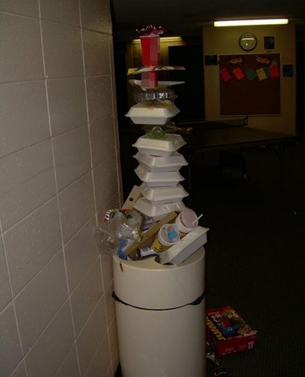 Thùng rác quá tải nhưng cũng có cách giải quyết. (Ảnh: Internet)