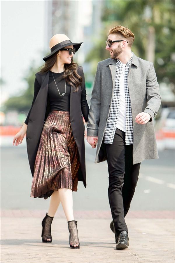 """Những phụ kiện như giày lưới, mũ fedora cùng mắt kính gọng vuông cổ điển mang lại vẻ ngoài """"ngầu"""" hơn cho cặp đôi."""
