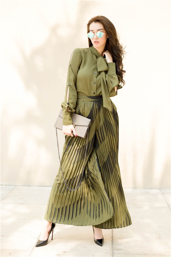 Diện trang phục có màu rêu nhẹ nhàng, trầm mặc, Khánh My vẫn nổi bật và thu hút nhờ những họa tiết hình học hợp xu hướng cùng những đường xếp li tinh tế.