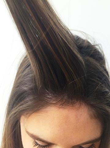 Chia phần trên của mái tóc thành một tép riêng.(Ảnh: Internet)