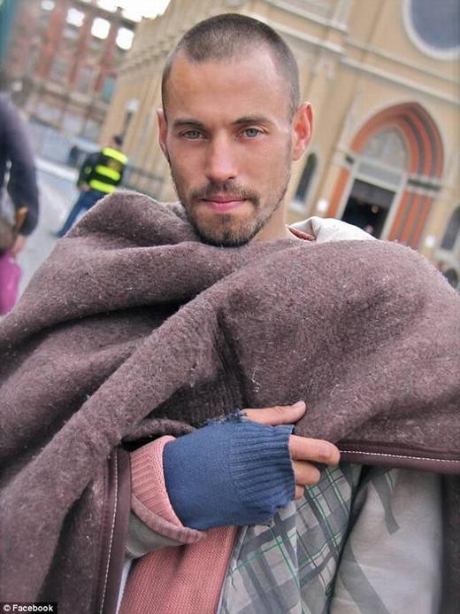 Anh chàng vô gia cư Rafael. (Ảnh: ODDEE)