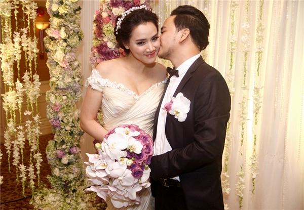 Chú rể Hoàng Duy tình cảm hôn má bà xã xinh đẹp - Tin sao Viet - Tin tuc sao Viet - Scandal sao Viet - Tin tuc cua Sao - Tin cua Sao