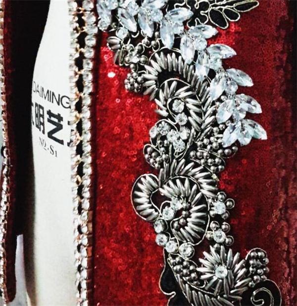 Chiếc áo khoác này do nhà thiết kế Lý Giám Tiền Quán quân Project Runway - Nhà thiết kế thời trang Việt Nam 2014 lên ý tưởng và đo ni đóng giày cho Sơn Tùng. Trên nền đỏ thẫm sang trọng, những họa tiết đính kết ánh bạc vừa nổi bật nhưng lại vừa hài hòa, trang nhã.