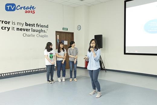 Các cô gái đến từ đội Normal đang thuyết trình về đề tài của nhóm.