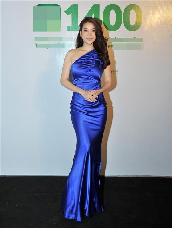 Trương Ngọc Ánh xuất hiệnnổi bật tại sự kiện với chiếc váy màu xanh coban, được thiết kế kiểu lệch vai sành điệu. - Tin sao Viet - Tin tuc sao Viet - Scandal sao Viet - Tin tuc cua Sao - Tin cua Sao