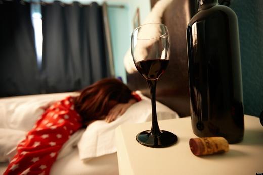Uống một ít rượu vang hay các thức uống có cồn trước khi ngủ có thể giúp bạn dễ ngủ hơn. Tuy nhiên, đã có nhiều cuộc nghiên cứu chứng minh rằng, sau khi uống thức uống có cồn,vào nửa sau của giấc ngủ, bộ não hoạt động mạnh giống như khi tỉnh, khiến bạn không thể ngủ say. (Ảnh: Internet)
