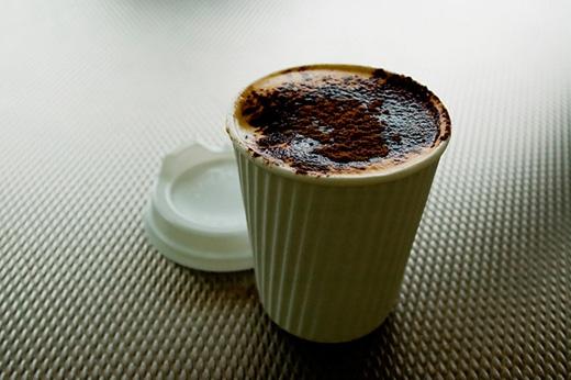 Caffeine là một chất kích thích thần kinh, thậm chí uống cà phê trước khi đi ngủ 6 tiếng, nó vẫn ảnh hưởng đến giấc ngủ của bạn. Chính vì thế, sau bữa trưa, không nên uống cà phê hay các thức uống giàu năng lượng khác, thay vào đó nên uống trà hoa cúc hay trà bạc hà vì chúng giúp ngủ ngon hơn. (Ảnh: Internet)