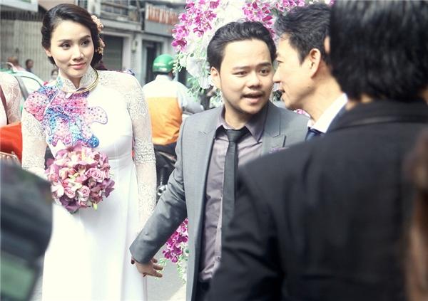 """Sau khi làm lễ xong, Trang Nhung """"tay trong tay"""" cùng ôngxã điển traidi chuyển về nhà trai ở quận 7. - Tin sao Viet - Tin tuc sao Viet - Scandal sao Viet - Tin tuc cua Sao - Tin cua Sao"""