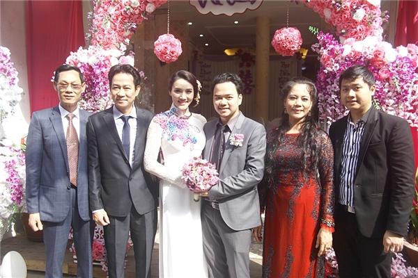 Hai vợ chồng Trang Nhung chụp ảnh cùng người thân - Tin sao Viet - Tin tuc sao Viet - Scandal sao Viet - Tin tuc cua Sao - Tin cua Sao