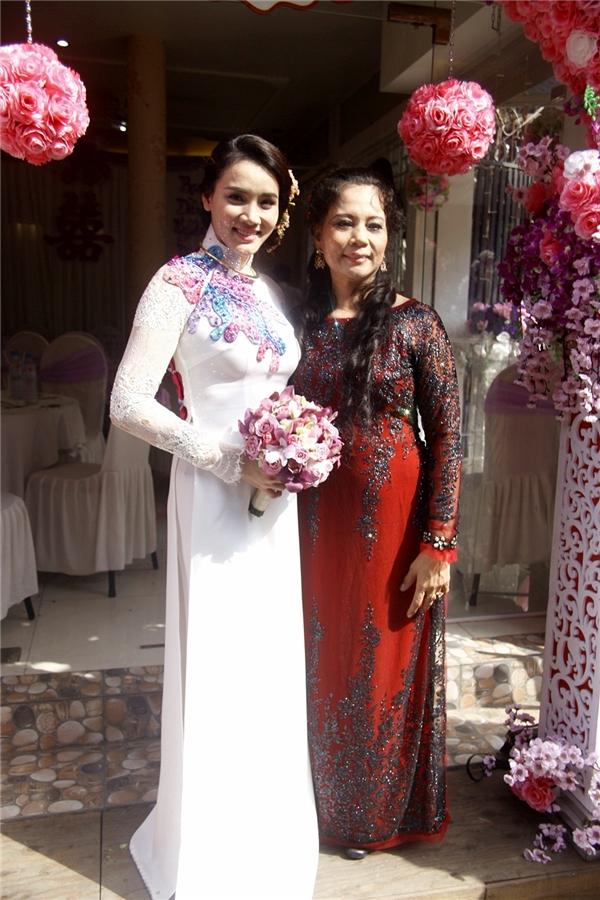 Cô dâu Trang Nhung hạnh phúc được ông xã Hoàng Duy hôn má - Tin sao Viet - Tin tuc sao Viet - Scandal sao Viet - Tin tuc cua Sao - Tin cua Sao