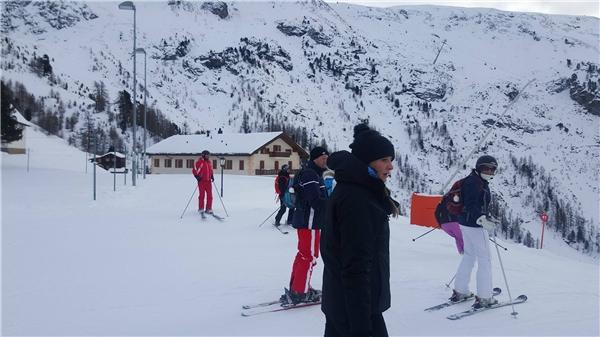 Trang Khiếu cho hay hàng trăm người nô nức về đây để tham gia trò chơi trượt tuyết mạo hiểm. - Tin sao Viet - Tin tuc sao Viet - Scandal sao Viet - Tin tuc cua Sao - Tin cua Sao