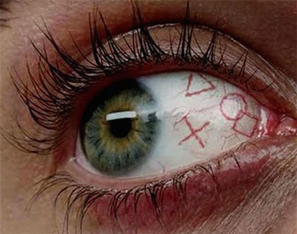 Kiểu xăm nhãn cầu này chính làdùng phương pháp đặc biệt để tạo hình xăm trên chính đôi mắt. Đặc biệt, nhiều người còn có sở thích kinh dị, xăm kín cả nhãn cầu để đổi màu mắt. (Ảnh Internet)