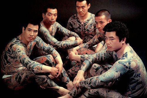 Các thành viên yakuza với hình xăm phủ toàn bộ cơ thể