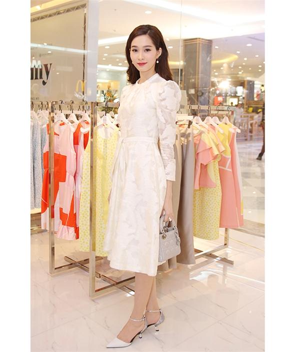 Hoa hậu Đặng Thu Thảo ngọt ngào, e ấp khi diện chiếc váy trắng nhẹ nhàng tham dự buổi tiệc khai trương cửa hàng thời trang mới của nhà thiết kế Phương My. Đi kèm bộ trang phục là giày mũi nhọn, túi xách Dior màu trắng bạc đồng điệu.