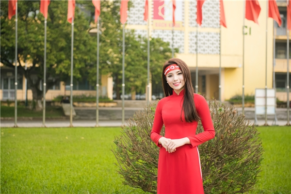 Kỳ Duyên lại dịu dàng với áo dài đỏ.   Kỳ Duyên được rất nhiều bạn trẻ xin chụp hình. - Tin sao Viet - Tin tuc sao Viet - Scandal sao Viet - Tin tuc cua Sao - Tin cua Sao