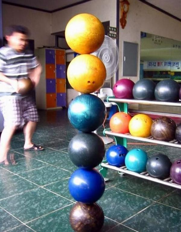 """Các lá bàinày như thể có """"phép màu"""". (Ảnh: Internet)  Khi banh bowling không không lăn tròn mà """"đứng thẳng"""" để xây tháp. (Ảnh: Internet)"""