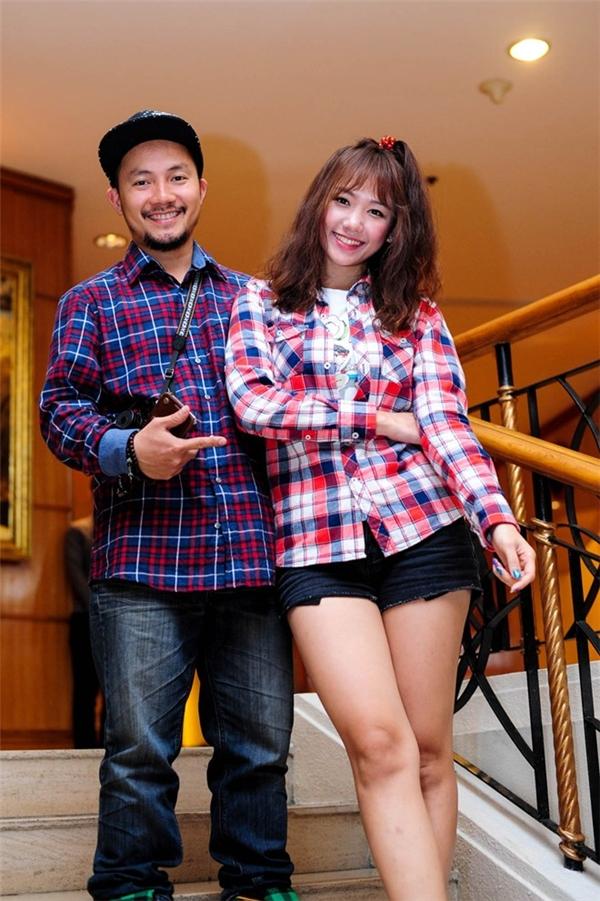 Chàng rapper và cô ca sĩ mang hai dòng máu Việt - Hàn cũng thường chọn diện đồ đôi khi tham dự các sự kiện. Đặc biệt, thay vào những váy áo lộng lẫy như các mĩ nhân khác, Hari vẫn trung thành với những trang phục đơn giản, nhẹ nhàng. Cũng chính yếu tố này đã tạo ra sự hòa hợp, đồng điệu giữa Hari Won và Tiến Đạt.