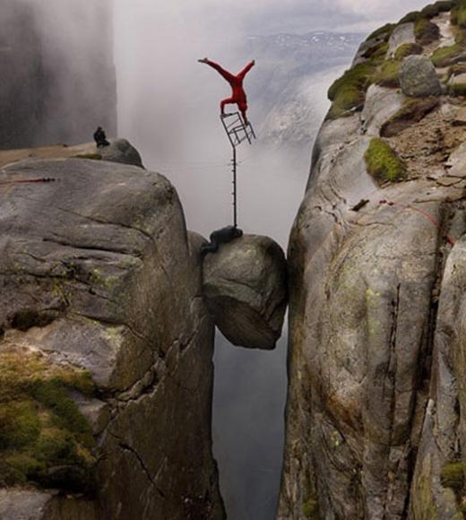 Màn thăng bằng trên độ cao 300m của nghệ nhân Eskil, 29 tuổi người Na-uy khiến người xem vừa ngưỡng mộ vừa thót tim. (Ảnh: Internet)