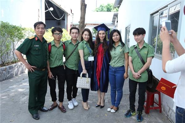 Nữ ca sĩ chụp hình kỉ niệm với các thầy giáo và sinh viên trong trường. - Tin sao Viet - Tin tuc sao Viet - Scandal sao Viet - Tin tuc cua Sao - Tin cua Sao