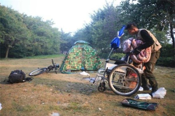Để giảm bớt chi phí, anhChudựng lềuđể nghỉ ngơi và đem theo vật dụng cá nhân cần thiết. (Ảnh: Internet)