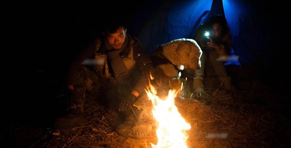 Tuy hành trình sẽ có lúc vất vả và khó khăn như với anh lều bạt, lửa đêm, những mẫu bánh vụn, nước sạch, đó chính là nhà. (Ảnh: Internet)