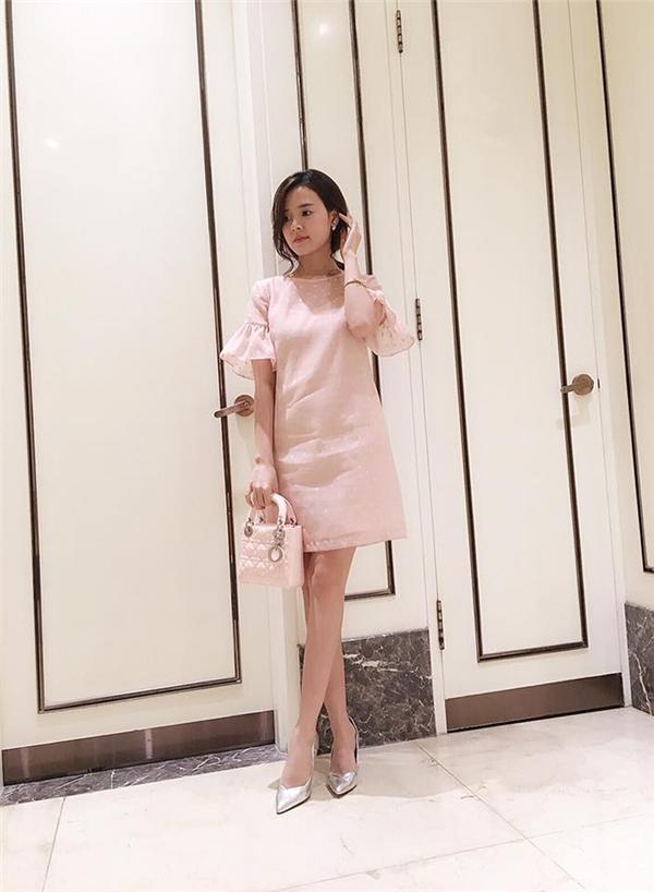 Midu cũng diện mẫu váy có phom rộng nhưng với chất liệu mỏng, nhẹ cùng sắc hồng ngọt ngào, thanh tao. Nữ diễn viên kết hợp phụ kiện đồng điệu với sắc màu của trang phục. Tông hồng nhạt, hồng thạch anh cũng chính là một trong hai gam màu nổi bật trong mùa thời trang Xuân - Hè năm nay.