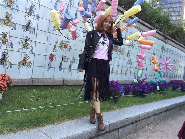 Tổng thể bộ trang phục của Minh Hằng kết hợp hài hòa giữa yếu tố nữ tính cùng sự nam tính, mạnh mẽ. Nữ ca sĩ luôn chuộng diện trang phục được phối nhiều lớp với những item thịnh hành.