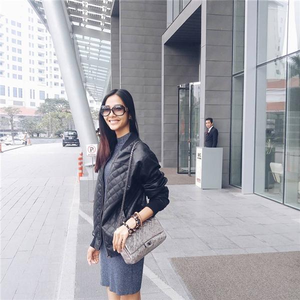 Hoàng Thùy chứng minh gu thời trang tinh tế đầy thu hút với hai tông màu xám, đen kinh điển.