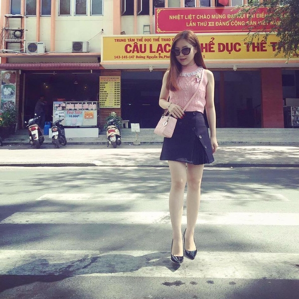 Hương Tràm trẻ trung, đáng yêu với áo cổ lọ tông hồng kết hợp cùng chân váy midi cách điệu độc đáo.