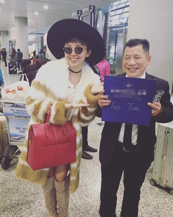 Tóc Tiên cầu kì với áo khoác lông, giày boots, mũ fedora dưới cái rét của thành phố Thượng Hải. Gu thời trang thường nhật của Tóc Tiên luôn được chú ý khi cô nàng tiên phong trải nghiệm nhiều xu hướng và dám thể hiện cái tôi mạnh mẽ.