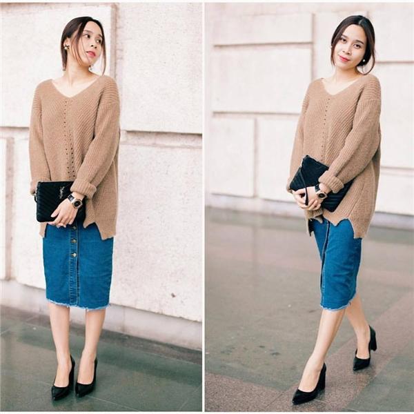 Chân váy denim cài cúc giữa mang dư vị hoàn toàn mới mẻ khi được Lưu Hương Giang phối cùng áo phom rộng.