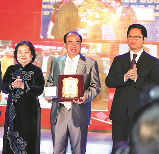 """Ông Lý Ngọc Minh - Chủ tịch Công ty Gốm sứ Minh Long được vinh danh giải thưởng """"Doanh nhân bảo tồn giá trị văn hóa truyền thống"""" - Top 100 PCDN 2011."""