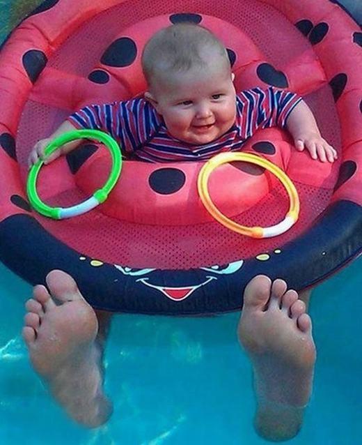 Em bé có bàn chân người lớn. (Ảnh: Internet)