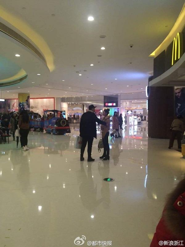 Cặp đôi đang đi mua sắmbỗng nhiêncãi vã gay gắtgiữa TTTM.(Nguồn Weibo)