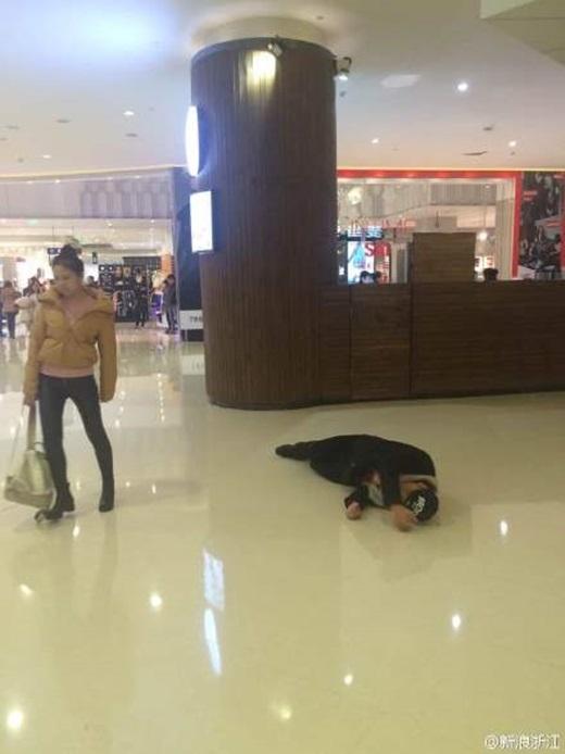 Chàng trai gạt bỏ sĩ diện,lăn qua lăn lại giữa TTTM để xin người yêu tha thứ. (Nguồn Weibo)