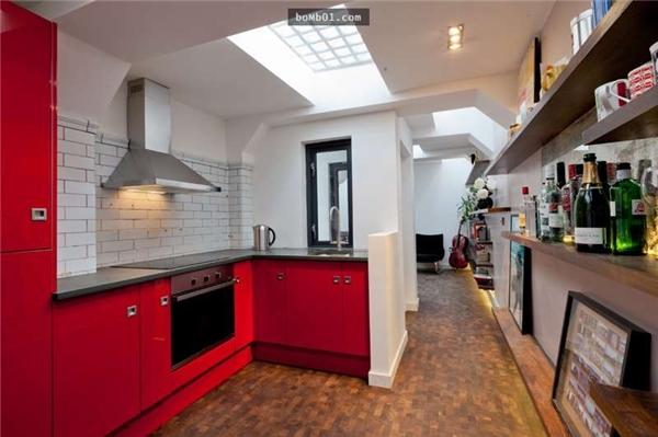 Đỏ và trắng là hai màu chủ đạo của căn nhà. (Ảnh: Internet)