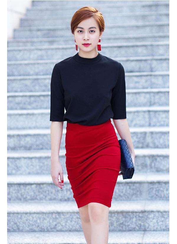 Trong những trang phục đời thường, Hoàng Thùy Linh cũng chuộng sắc đỏ nhưng được tiết chế hơn nhờ cách chọn phối cùng những tông màu trầm hay chất liệu mềm mại, nhẹ nhàng.