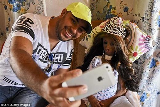 Magali chụp cùng một thành viên trong gia đình sau khi đã được trang điểm, đội tóc giả và vương miện, xinh đẹp như nàng công chúa. (Ảnh: Internet)