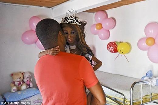 Bố cô bé -Jose Eider Gonzalez -âu yếm bế em đến dự buổi tiệc sinh nhật được tổ chức ở El Cabuyal, Colombia. (Ảnh: Internet)