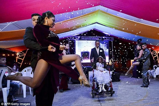Mọi người say mê nhảy múa và Magali hạnh phúcngắm nhìn. (Ảnh: Internet)