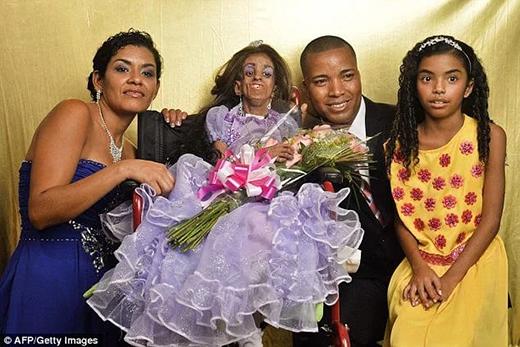 Magali vui sướng chụp hình kỉ niệm cùng bố mẹ và em gái Mayerli. (Ảnh: Internet)