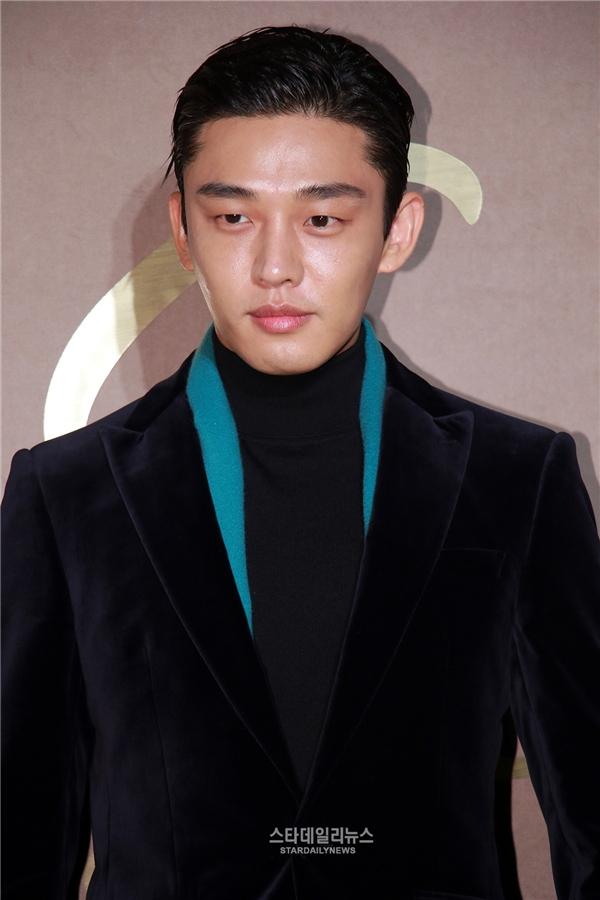 Yoo Ah In hiện đang là một trong những cái tên sáng giá nhất làng phim xứ Hàn. Mới đây, nam diễn viên tiếp tục chinh phục khán giả nhờ diễn xuất xuất thần trong Six Flying Dragons – dự án cổ trang được mong chờ nhất cuối năm 2015. Theo tờ DongA, Yoo Ah In sẽ nhập ngũ vào tháng 6 sắp tới và anh cũng xác nhận sẽ lên đường thực hiện kế hoạch nghĩa vụ quân sự sau khi bộ phim kết thúc.