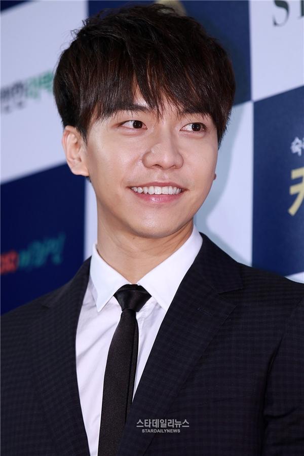 """Năm 2015, đại diện công ty quản lícủa Lee Seung Gi đã thông báo về kế hoạch nhập ngũ của """"chàng rể quốc dân"""". Theo đó, nam diễn viên sẽ vừa tập trung hoàn thành các vai diễn và ra album tạm biệt các fan sẽ lên đường nhập ngũ. Tuy nhiên, đến nay, kế hoạch này đã nhiều lần bị trì hoãn do lịch trình bận rộn của Lee Seung Gi khiến anh bị """"mất điểm"""" không ít trong mắt khán giả xứ Hàn. Một nguồn tin cho biết, trong năm 2016 Lee Seung Gi sẽ nhập ngũ vì không thể trì hoãn thêm nữa."""