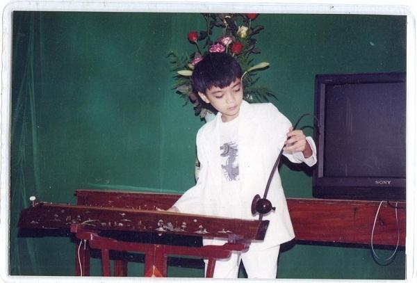 Ngay từ nhỏ, bố mẹ của Soobin đã cho cậu thỏa sức khám phá âm nhạc. Soobin Hoàng Sơn bật mí ngay từ bé cậu đã rất mê nhạc dân tộc và chơi đàn bầu thuần thục. - Tin sao Viet - Tin tuc sao Viet - Scandal sao Viet - Tin tuc cua Sao - Tin cua Sao