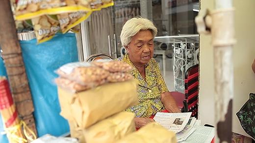 [Cổ Tích Đời Thường] Nụ cười an nhiên bên chiếc xe đậu phộng của cụ bà 84 tuổi