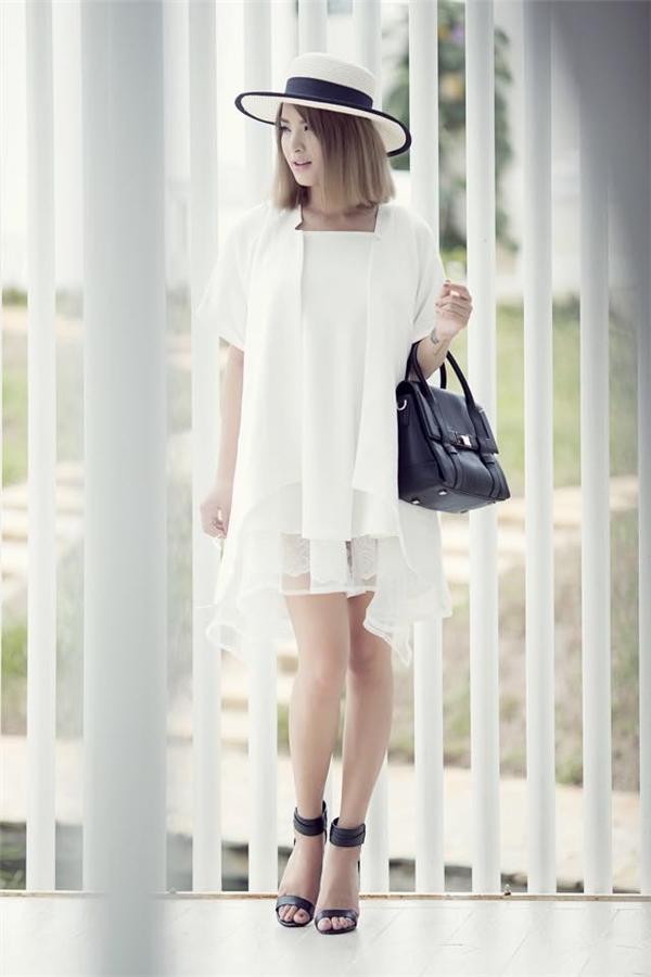 Hải Băng tích cực lăng xê những xu hướng mới nhất trong năm 2015 vừa qua như: váy lấy phom từ áo sơ mi, áo vest truyền thống, mũ fedoa, chất liệu ren, voan mỏng tang gợi cảm.