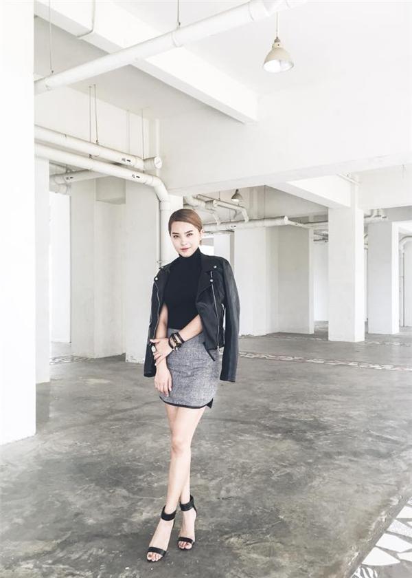Cách diện trang phục với tông màu đen kinh điển của Hải Băng chưa bao giờ nhàm chán bởi sự kết hợp khéo léo giữa chất liệu, phom dáng. Tinh thần đơn giản, thanh lịch vẫn luôn được Hải Băng đề cao.