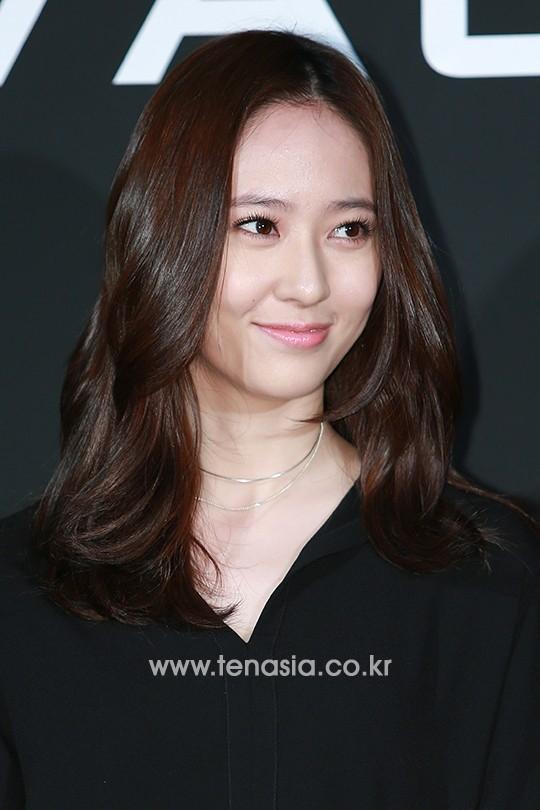 Kiểu tóc tỉa layer ngang vai được uốn xoăn nhẹ nhàng khiến Krystal trông dịu dàng, nữ tính và chín chắn hơn.
