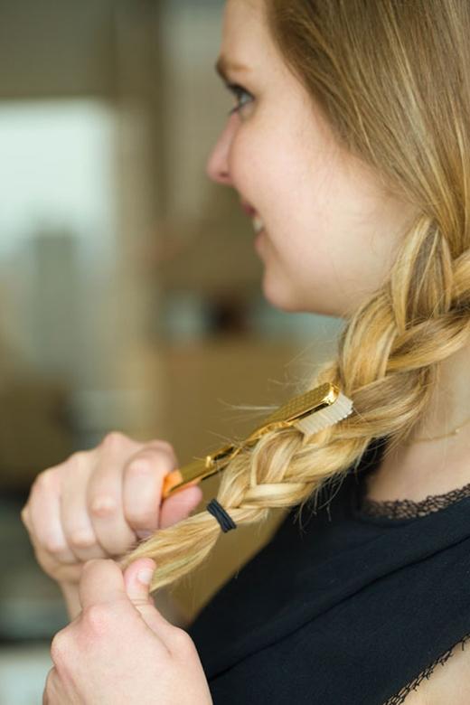 Bím tóc xẹp lép của bạn sẽ phồng lên tạo ấn tượng tóc dày và đẹp hơn. (Ảnh: Elizabeth Griffin)